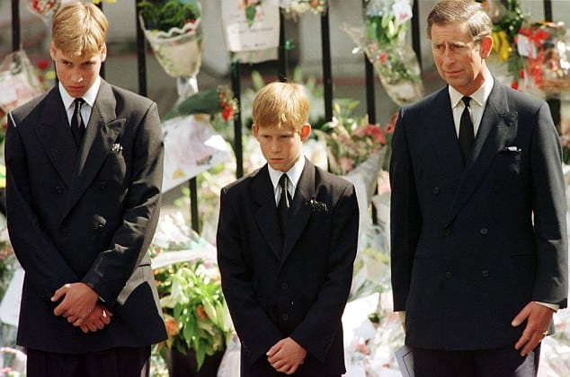 LON62:DIANA:LONDON,6SEP97 - Prince Charles (R), Prince Harry (C) and Prince William look at the coffin of Diana, Princess of Wales, after it was placed into a hearse September 6. Hundreds of thousands of mourners lined the streets of Central London to watch the funeral procession. The Princess died last week in a car crash in Paris. me/Photo by Jeff J Mitchell REUTERS