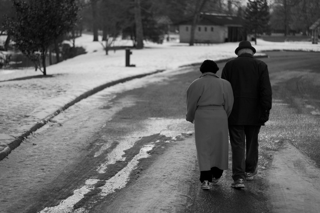 old-people-holding-hands2